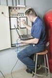 Retrato de um eletricista em uma sala imagem de stock