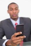 Retrato de um envio de mensagem de texto novo elegante do homem de negócios Fotografia de Stock Royalty Free