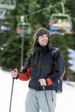 Retrato de um esquiador do homem novo na inclinação do esqui Fotografia de Stock Royalty Free