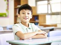 Retrato de um estudante asiático da escola primária fotos de stock