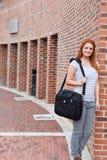 Retrato de um estudante de sorriso que está acima Imagem de Stock