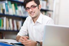 Estudante em uma biblioteca imagem de stock