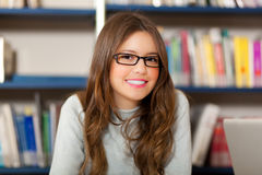 Estudante fêmea em uma biblioteca foto de stock royalty free