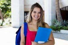 Retrato de um estudante fêmea louro de riso foto de stock royalty free