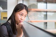 Retrato de um estudante fêmea novo de Ásia na universidade Imagens de Stock Royalty Free