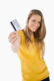 Retrato de um estudante louro que tende um cartão de crédito imagens de stock