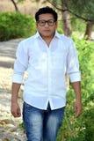 Retrato de um estudante novo ao andar no parque fotografia de stock royalty free