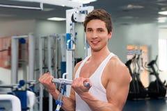 Retrato de um exercício do homem da aptidão no gym Fotos de Stock Royalty Free