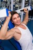 Retrato de um exercício do homem da aptidão no gym Imagem de Stock Royalty Free