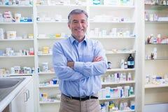 Retrato de um farmacêutico de sorriso que está com os braços cruzados fotos de stock