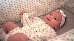 Retrato de um fim pequeno da filha acima do encontro em um berço vídeos de arquivo