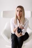 Retrato de um fotógrafo da menina Imagens de Stock Royalty Free