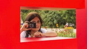 Retrato de um fotógrafo feliz da jovem mulher Fotos de Stock