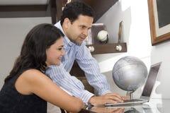 Retrato de um funcionamento do homem e da mulher Imagem de Stock Royalty Free