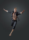 Retrato de um gerente bem sucedido em uma pose do salto Fotografia de Stock Royalty Free