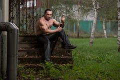 Retrato de um guerreiro antigo muscular com espada Foto de Stock Royalty Free
