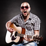Retrato de um guitarrista fotografia de stock royalty free
