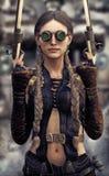 Retrato de um gunslinger bonito da mulher do steampunk que guarda duas pistolas ilustração royalty free