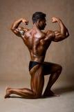 Retrato de um halterofilista muscular considerável que levanta sobre o backgro imagens de stock royalty free