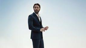 Retrato de um homem à moda em um terno elegante imagem de stock