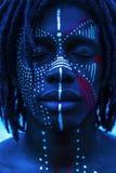 Retrato de um homem africano 'sexy' com pintura tradicional da cara e n fotografia de stock