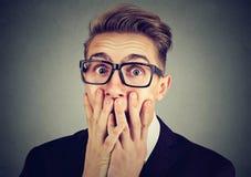 Retrato de um homem ansioso que olha a câmera de vista assustado chocada fotos de stock royalty free