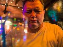 Retrato de um homem caucasiano maduro deprimido em um bar imagens de stock royalty free