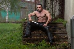 Retrato de um homem com espada antiga Imagens de Stock