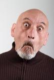 Retrato de um homem com expressões faciais engraçadas imagens de stock