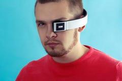 Retrato de um homem com fones de ouvido modernos fotografia de stock