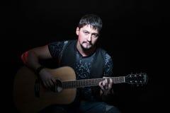Retrato de um homem com guitarra acústica Imagem de Stock Royalty Free