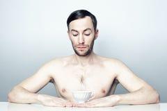 Retrato de um homem com um copo de chá branco Imagem de Stock Royalty Free