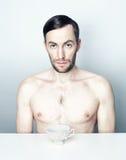 Retrato de um homem com um copo de chá branco Foto de Stock Royalty Free