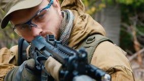 Retrato de um homem com uma arma video estoque