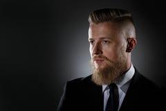 Retrato de um homem com uma barba em um terno de negócio Imagem de Stock