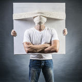 Retrato de um homem com uma cabeça enfaixada foto de stock