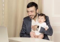 Retrato de um homem com uma criança Fotos de Stock Royalty Free