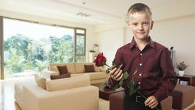 Retrato de um homem com uma rosa vermelha em sua mão Fotos de Stock