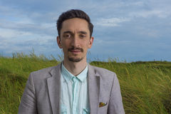 Retrato de um homem considerável fora Fotos de Stock