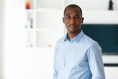 Retrato de um homem de negócio afro-americano novo - pessoas negras Foto de Stock