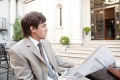 Papel da leitura do homem de negócios no café. imagem de stock royalty free