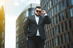 Retrato de um homem de negócios considerável um urbano foto de stock royalty free