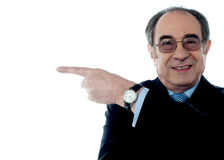Retrato de um homem de negócios mais velho que aponta afastado Foto de Stock Royalty Free