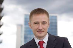 Retrato de um homem de negócios novo feliz Fotos de Stock