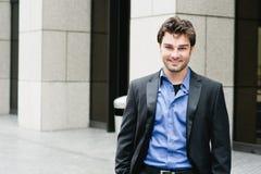 Retrato de um homem de negócios novo feliz fotos de stock royalty free