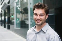 Retrato de um homem de negócios novo feliz imagem de stock