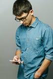 Retrato de um homem de negócios novo que fala no telefone Imagem de Stock