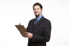 Retrato de um homem de negócios novo que levanta com uma prancheta Foto de Stock Royalty Free