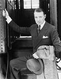 Retrato de um homem de negócios que embarca um trem (todas as pessoas descritas não são umas vivas mais longo e nenhuma proprieda imagens de stock royalty free