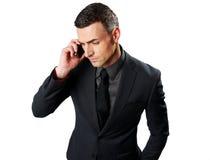Retrato de um homem de negócios que fala no telefone celular Foto de Stock Royalty Free
